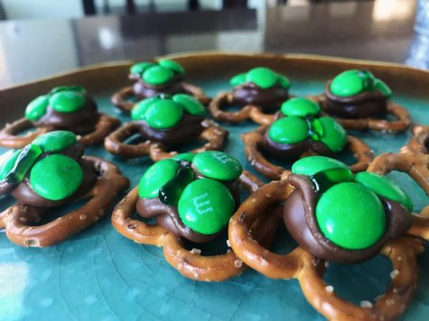 Easy to make shamrock pretzel bites for  St. Patrick's Day